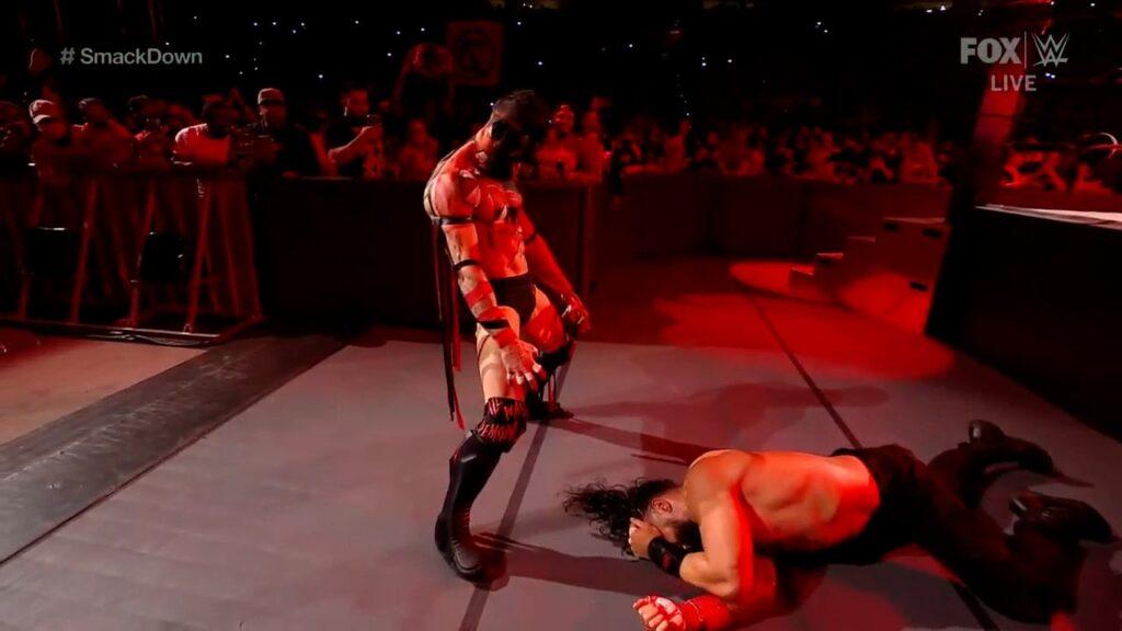 The Demon atacando a Roman. Foto de superluchas.